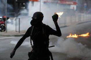 В Гонконге продолжаются жестокие столкновения протестующих и полиции
