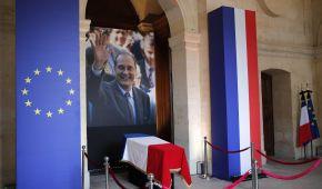 В Париже проститься с умершим экс-президентом Жаком Шираком пришли тысячи людей