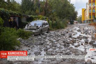В Днепре с новостройки на дорогу упали строительные материалы и раздавили легковушку
