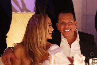 Дженнифер Лопес в роскошном белом платье отпраздновала помолвку с любимым