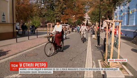 Почти сто человек в ретро-образах проехались на велосипедах по улицам Ивано-Франковска