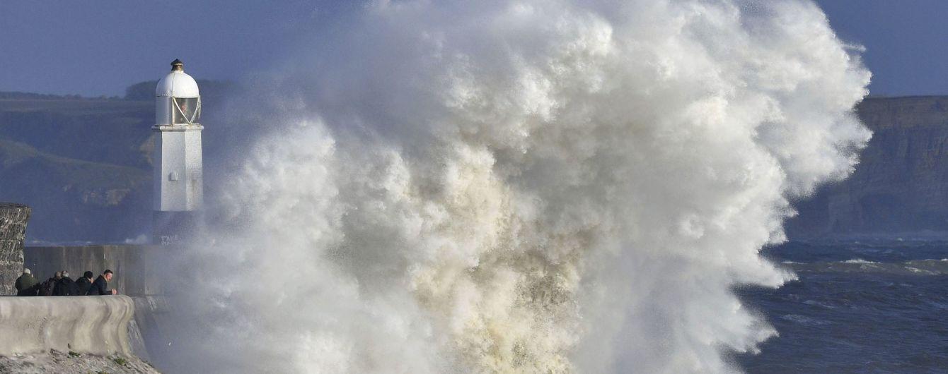 В Британии бушует непогода: синоптики предупреждают о ливнях и снеге, а дожди вызвали масштабные наводнения
