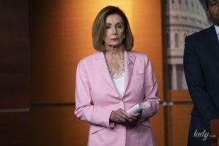 В нежно-розовом костюме и на шпильках: 79-летняя спикер палаты представителей США в Капитолии