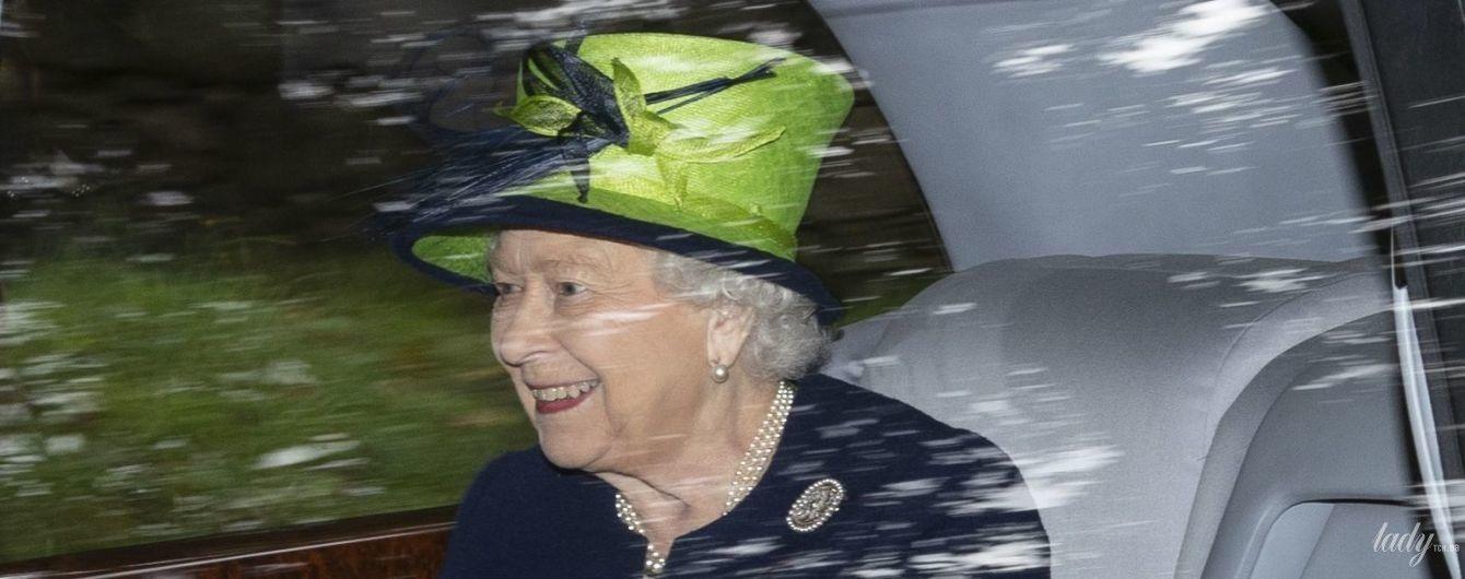 У синьому пальті та ефектному зеленому капелюсі: новий вихід королеви Єлизавети II