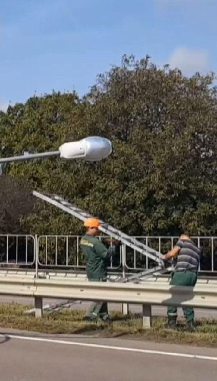 Дорога під напругою: на Рівненщині трасу Київ - Чоп заблокував 7-метровий ліхтар