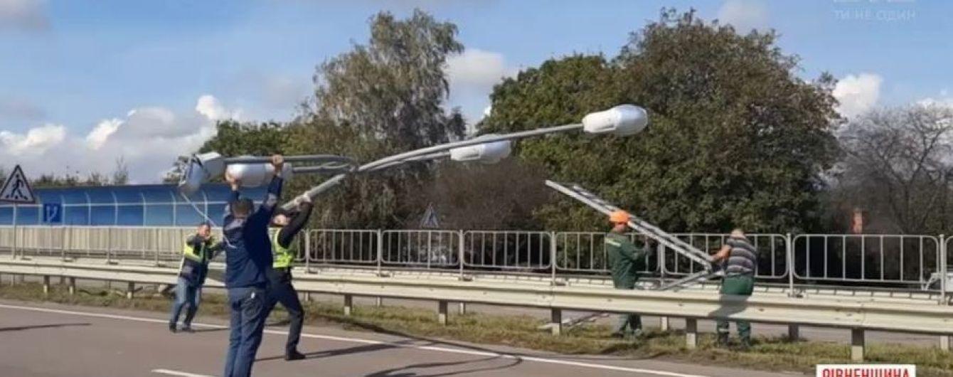 На Рівненщині трасу заблокував 7-метровий ліхтар під напругою, який впав поперек смуг руху