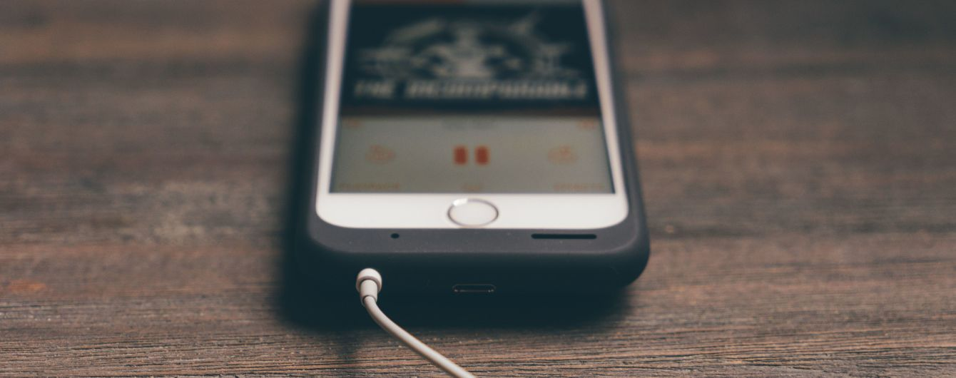 В Казахстане девочка умерла от взрыва смартфона на зарядке