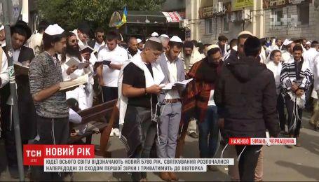 Массовая молитва хасидов происходит на улице, где расположена могила цадика Нахмана