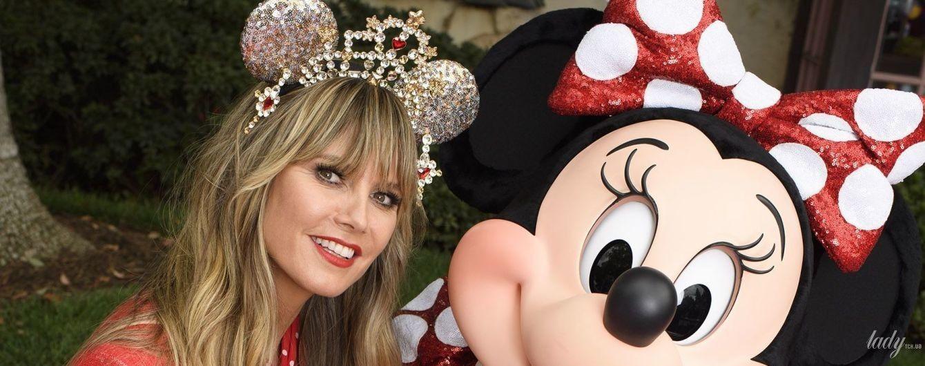 В красном костюме и с драгоценным украшением: Хайди Клум в Диснейленде