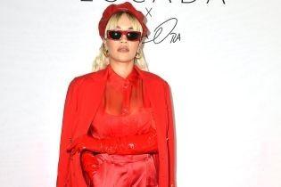 Вся в красном: эффектная Рита Ора на презентации коллекции в Париже