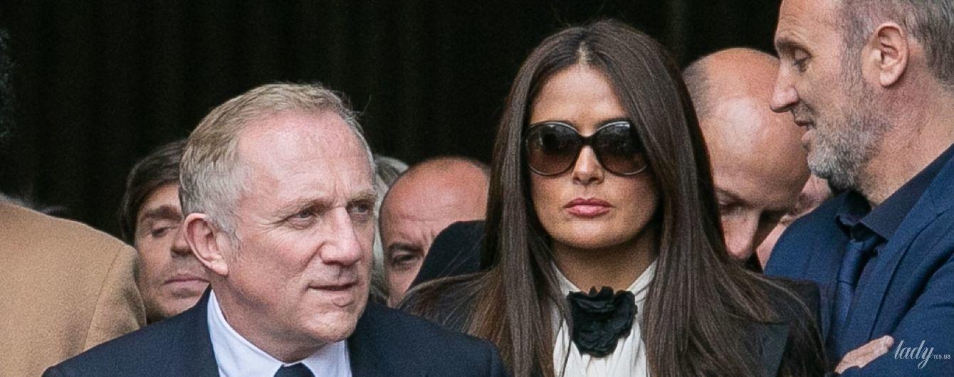 В белой блузке и босоножках на экстремально высокой платформе: Сальма Хайек на похоронах Жака Ширака