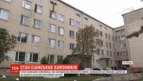 Украинские медики пытаются стабилизировать состояние новорожденных сиамских близнецов