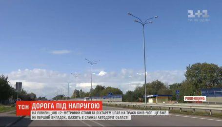 """Дорога под напряжением: почему на трассе """"Киев-Чоп"""" уже в третий раз падают столбы с фонарями"""