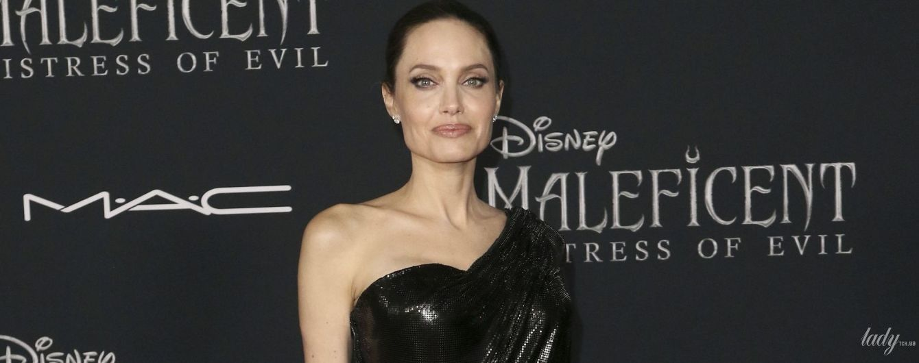 """У сукні Versace і зі скорпіоном на талії: Анджеліна Джолі на прем'єрі """"Малефісенти"""""""