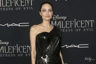 """В платье Versace и со скорпионом на талии: Анджелина Джоли на премьере """"Малефисенты"""""""