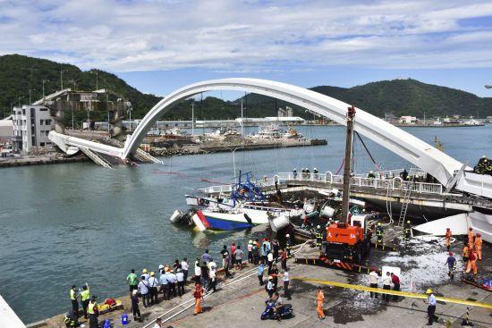 На Тайвані обвалився автомобільний міст. Є постраждалі