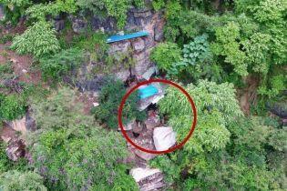 В Китае копы случайно нашли пещеру беглеца, где он скрывался 17 лет