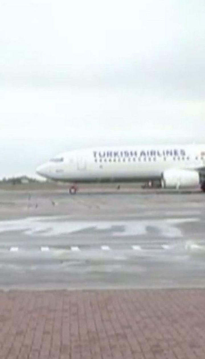 Из-за сильного ветра аэропорт в Одессе не может принимать самолеты
