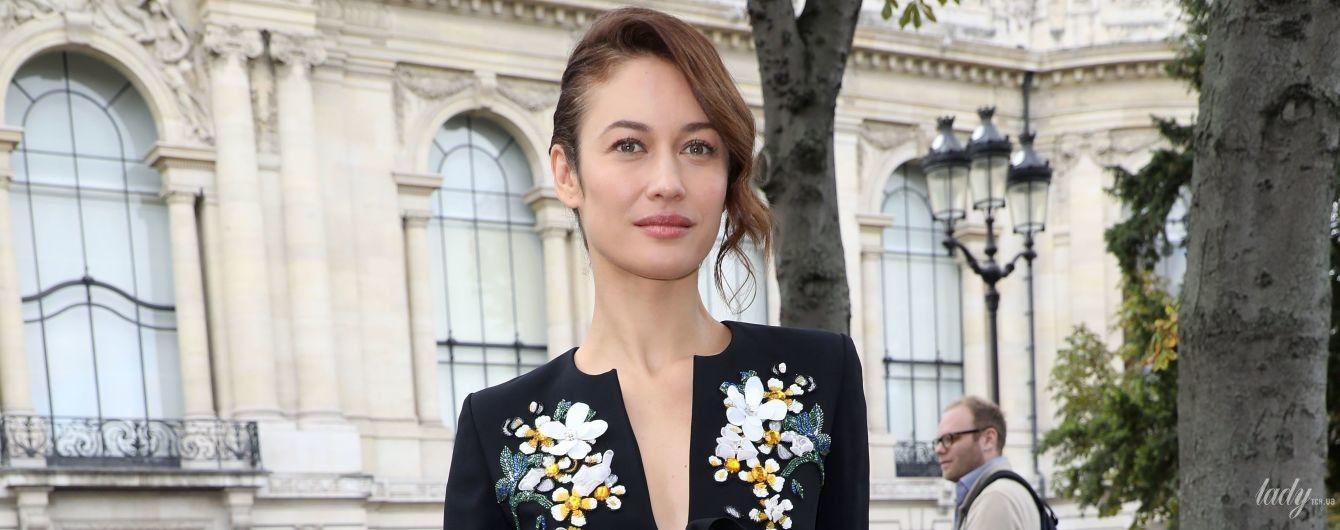 У квітковій сукні та кардигані з вирізом: Ольга Куриленко позувала на паризькій бруківці