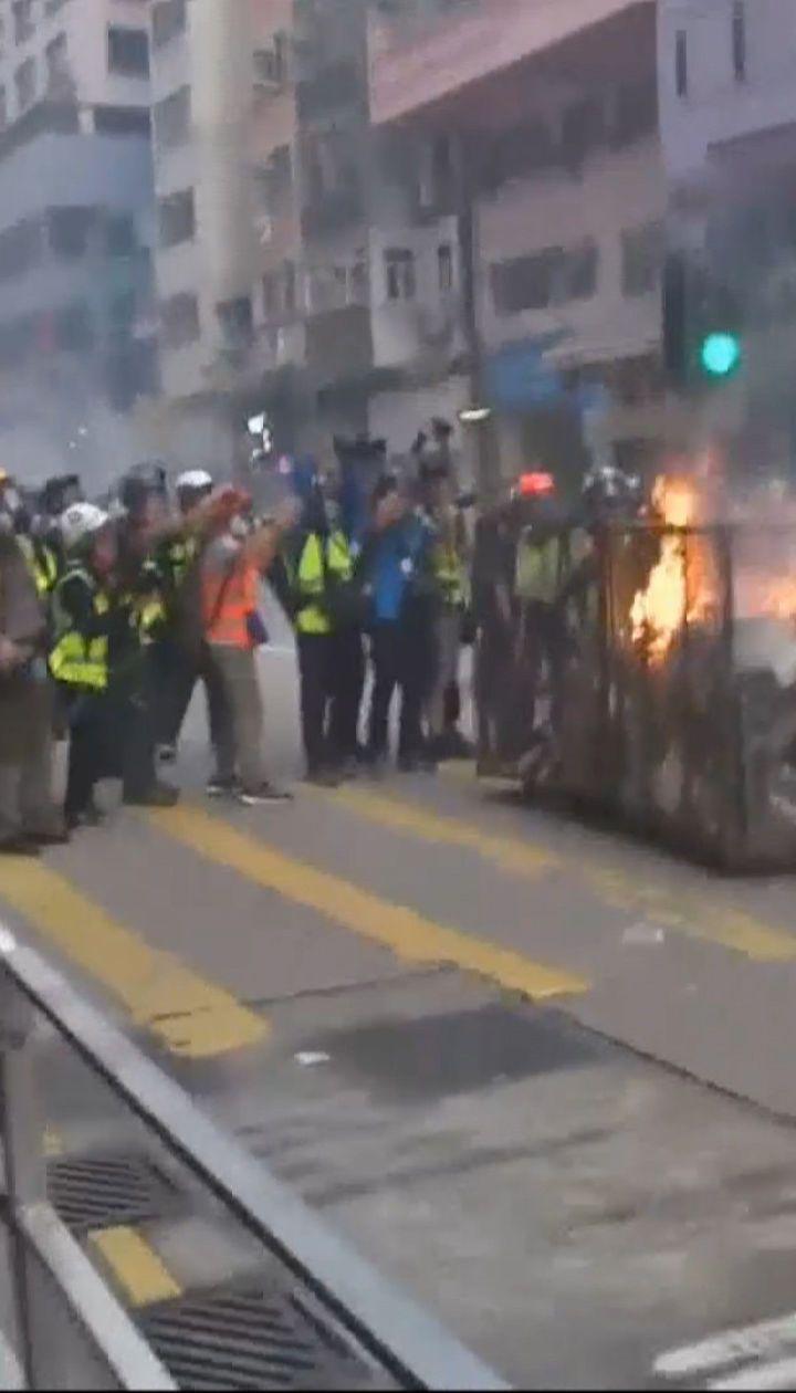 Полиция Гонконга впервые применила боевое оружие против демонстрантов
