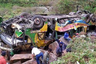 В Перу переполненный людьми автобус со 100-метровой высоты сорвался в пропасть
