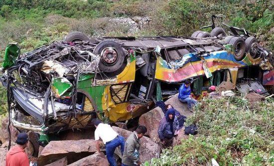 У Перу переповнений людьми автобус зі 100-метрової висоти зірвався у прірву