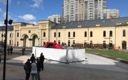 У Києві вантажівка в'їхала у фонтан і провалилась на відреставрованій Арсенальній площі
