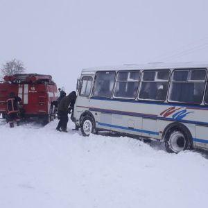 На Волині у сніговий замет втрапив шкільний автобус з дітьми