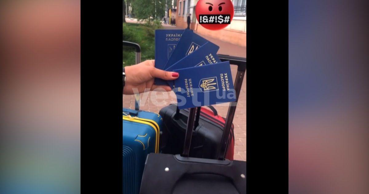 Украинка с детьми показательно выбросила паспорта Украины, потому что ее не выпустили за границу