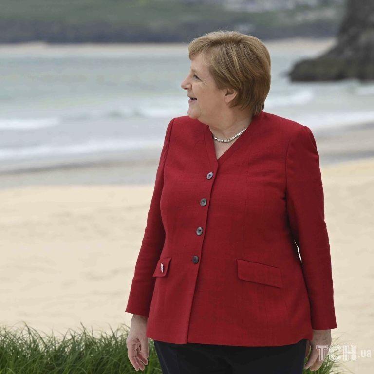 """У гранатовому жакеті з V-подібним вирізом: Ангела Меркель на зустрічі лідерів """"Великої сімки"""""""
