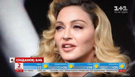 Певица Мадонна вышла на сцену со своими дочерьми