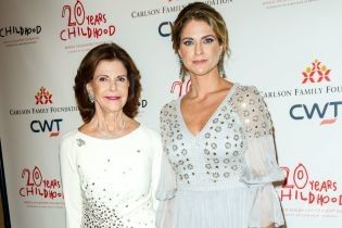 В роскошных вечерних луках: королева Сильвия и принцесса Мадлен на балу в Нью-Йорке