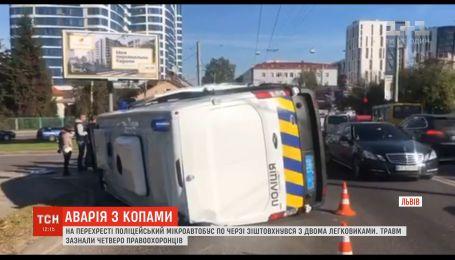 Во Львове полицейский микроавтобус столкнулся с двумя легковушками, есть пострадавшие