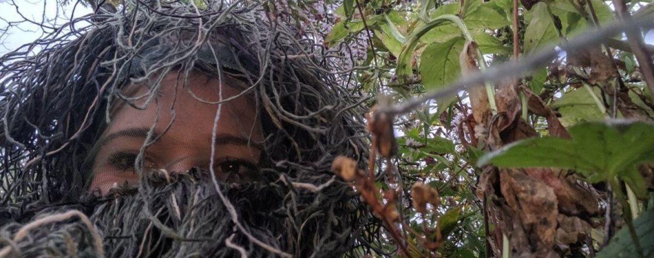 Американка замаскировалась под куст ради красивых фото с признания своей сестре