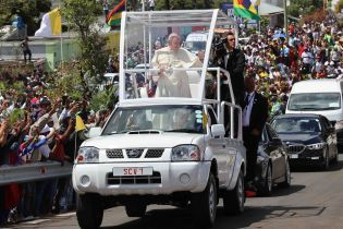Папа Римский пересел на пикап Nissan Navara