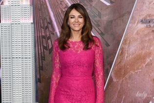 Стройная красотка: 54-летняя Элизабет Херли подчеркнула фигуру кружевным платьем цвета фуксии