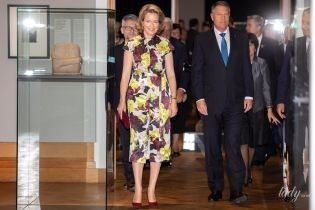 Полюбила цветочный принт: королева Матильда сходила на выставку