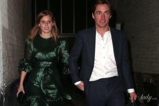 В блестящем платье и с бойфрендом в грязных кедах: принцесса Беатрис на вечеринке в Лондоне