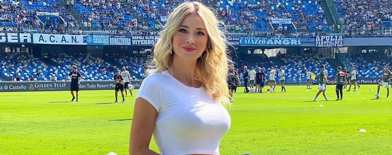 Італійська телеведуча поставила на місце футбольних фанатів, які вимагали від неї показати груди
