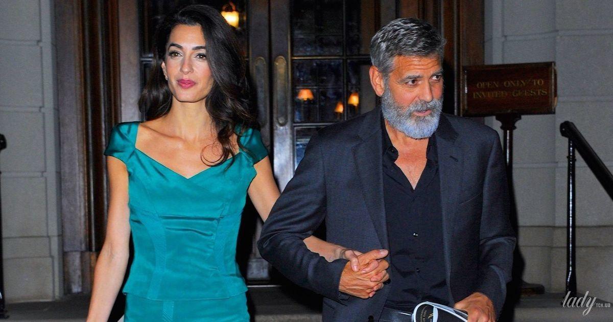 В изумрудном наряде и за руку с мужем: Амаль Клуни в Нью-Йорке