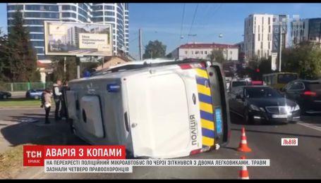 Микроавтобус полиции во Львове по очереди столкнулся с двумя легковушками