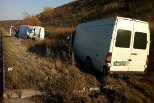 На Полтавщине во время задержания на трассе преступника патрульную сбил микроавтобус