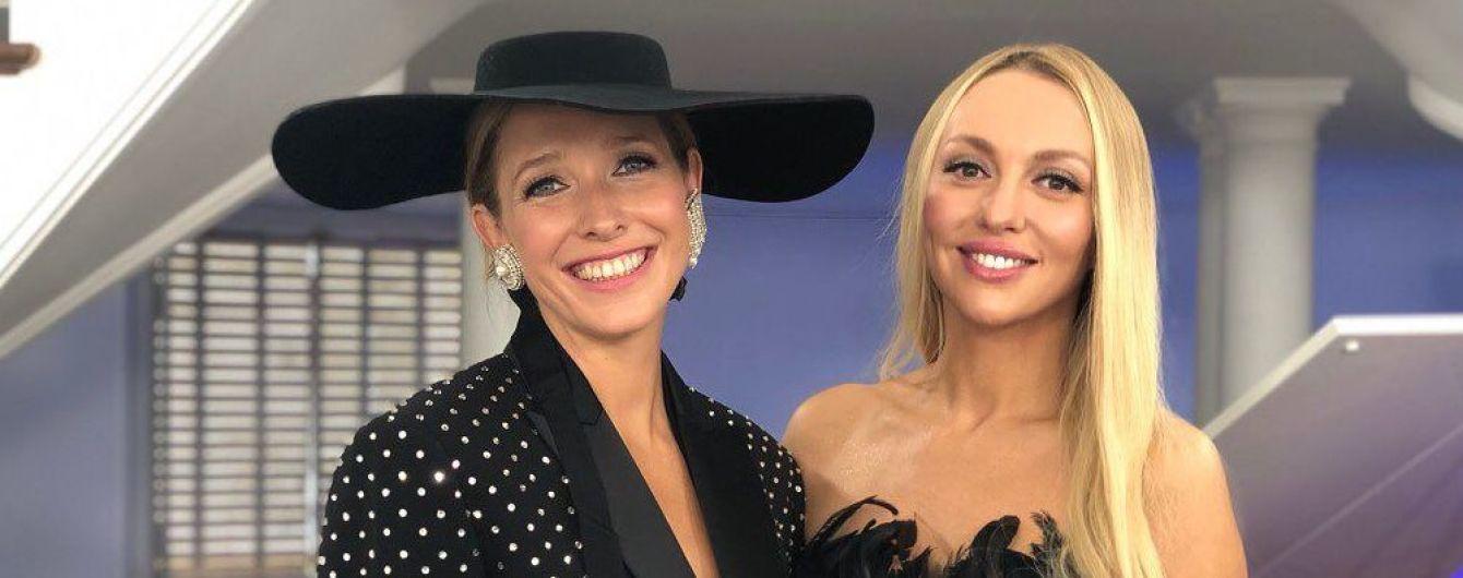 Звездные красотки в Париже: Осадчая в элегантном костюме, Полякова в платье из перьев