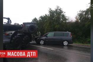 Вблизи Львова военный тягач опрокинул фуру и столкнулся с легковушкой