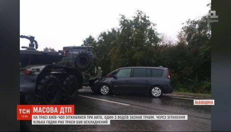 На трассе Киев-Чоп столкнулись сразу четыре автомобиля, один из водителей получил травмы