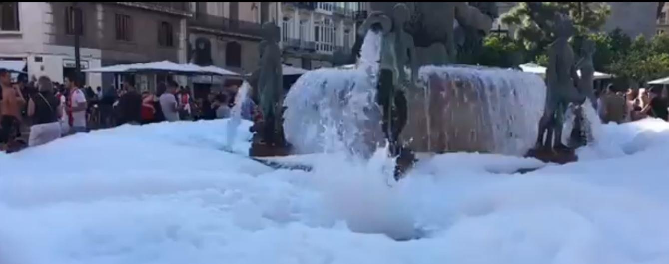 """Фанати """"Аякса"""" зробили пінну ванну з фонтану в Іспанії перед Лігою чемпіонів"""