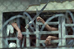 В Венесуэле на спинах голых арестантов устроили петушиные бои. Охранников обвиняют в пытках