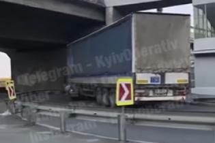 Фура протаранила легковушку и заблокировала выезд на мост Метро в Киеве. Видео
