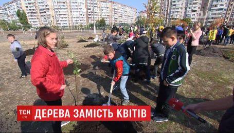Ко Дню учителя в столице ученики сажали деревья на пришкольных пустырях
