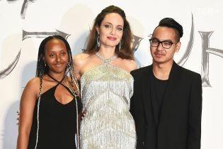 Эффектная Анджелина Джоли в золотистом платье с бахромой в сопровождении детей появилась на премьере